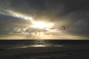 Kitesurfing im Sonnenuntergang in Utersum auf Föhr